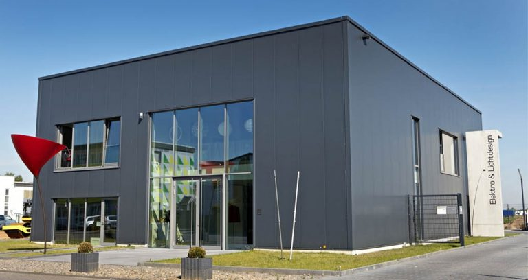 Ausstellungshalle mit Büroräumen und Lager in Köln